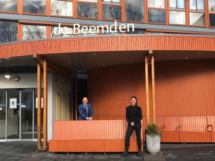 Burgemeester Han Looijen van Sint-Michielsgestel en Linda van den Hurk, teamleider in verpleeghuis De Beemden.