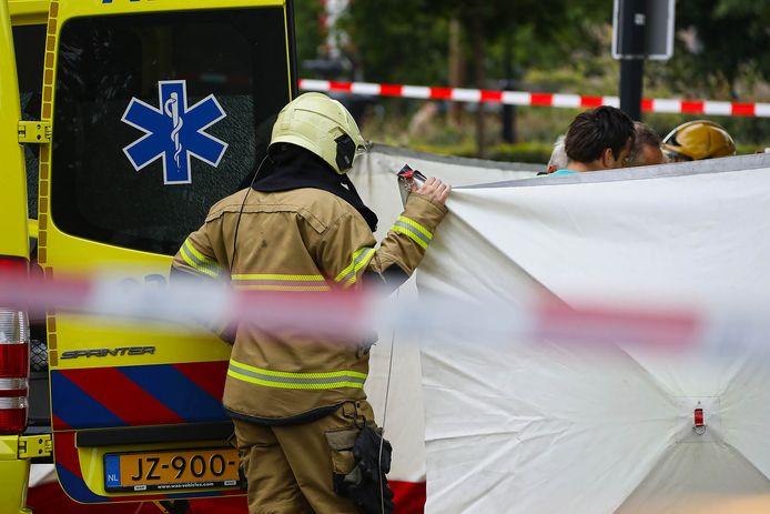 Hulpdiensten in actie voor Arie den Dekker, die zichzelf in brand stak bij het gemeentehuis in Oss.