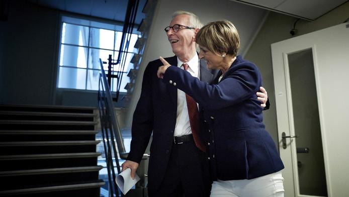 Martine Baay-Timmerman loopt samen met een woordvoerder naar haar werkkamer nadat ze een verklaring heeft afgelegd aan de pers