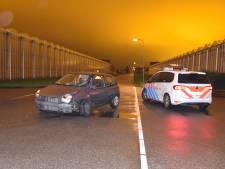 Automobilist knalt tegen betonnen afzetting in De Lier en moet met spoed naar ziekenhuis