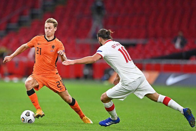 Frenkie de Jong speelde met flair tijdens de wedstrijd tegen Polen en was belangrijk bij de enige goal, Grzegorz Krychowiak probeert hem op te vangen. Beeld Guus Dubbelman / de Volkskrant