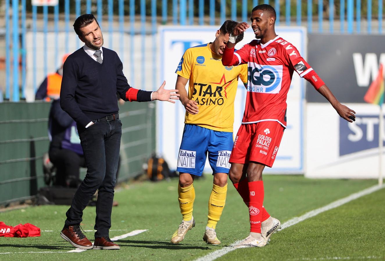 Faïz Selemani heeft gescoord en krijgt felicitaties van zijn coach Luka Elsner.
