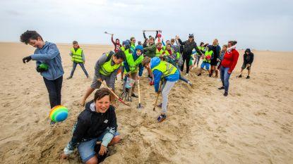 Speelplezier aan het strand in plaats van betoging