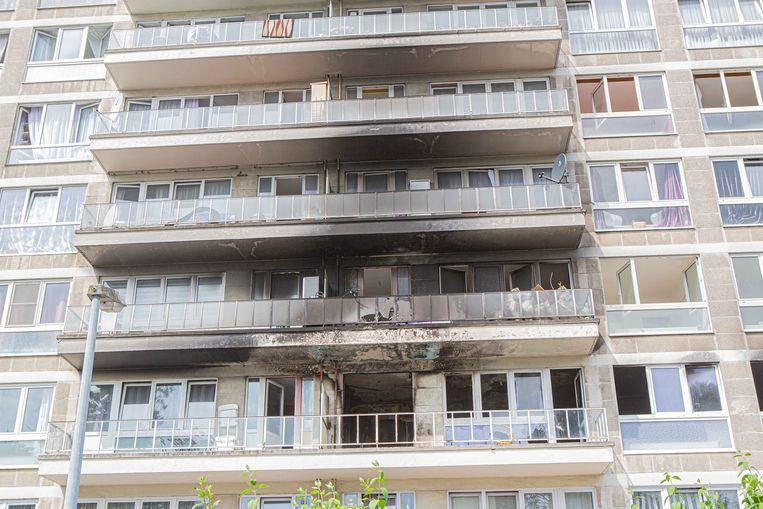 Het appartement brandde volledig uit. Ook bij bovengelegen appartementen is er aanzienlijke schade.