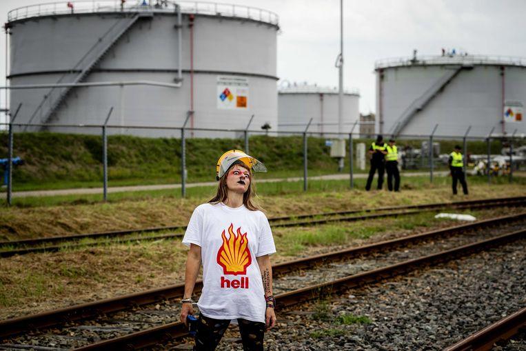 Demonstrant bij een gaswinlocatie van Shell, in Farmsum, 2018.  Beeld EPA