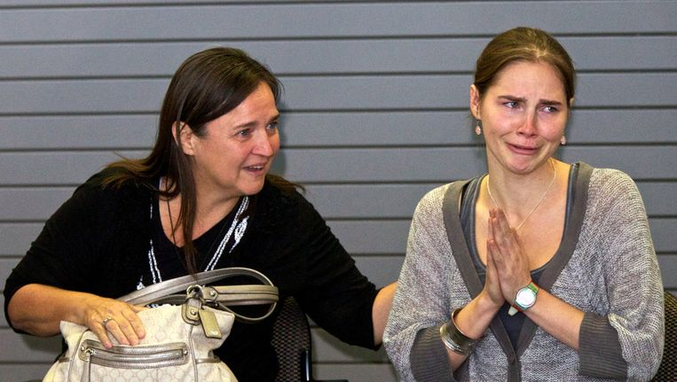 Amanda Knox naast haar moeder bij een persconferentie na terugkeer in Seattle. Beeld afp
