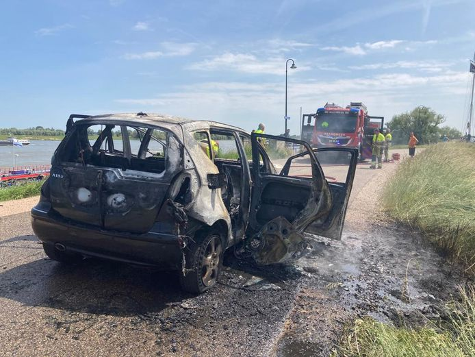 De Mercedes A-klasse die dinsdagmiddag vlam vatte op de Millingse dijk brandde volledig uit