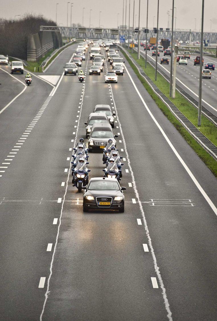 De rouwstoet met stoffelijke resten van slachtoffers van vlucht MH17 rijdt vanuit Eindhoven Airport over de A2 richting Hilversum. Beeld anp