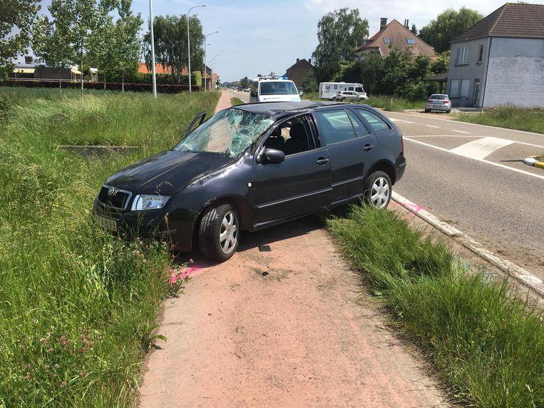 De dronken vrouw knalde eerst tegen een verkeergeleider, ging vervolgens over de kop en kwam in de berm tot stilstand.