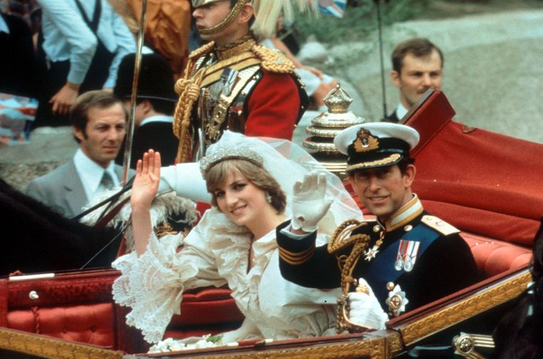 Prince Charles and Princess Diana - a ride in an open coach through cheering crowds after their wedding 29th July 1981 Ref: B196_093049_0032 Date: 22.03.2001 COMPULSORY CREDIT: UPPA/Photoshot Beeld BrunoPress/PhotoShot