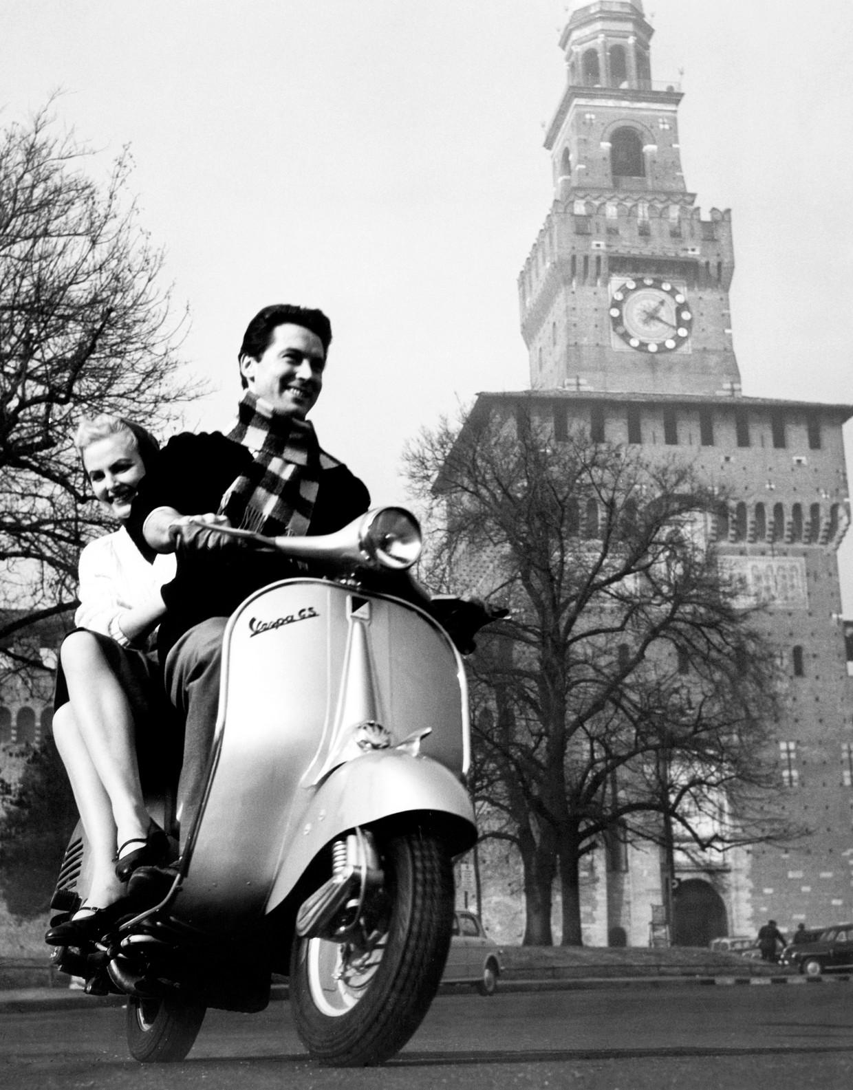De Vespa bij het Castello Sforzesco in Milaan, in 1958. Beeld Touring Club Italiano/Marka/Univ