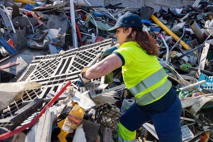 Renata Czerw sorteert harde kunststoffen op de locatie van Renewi in Eindhoven.