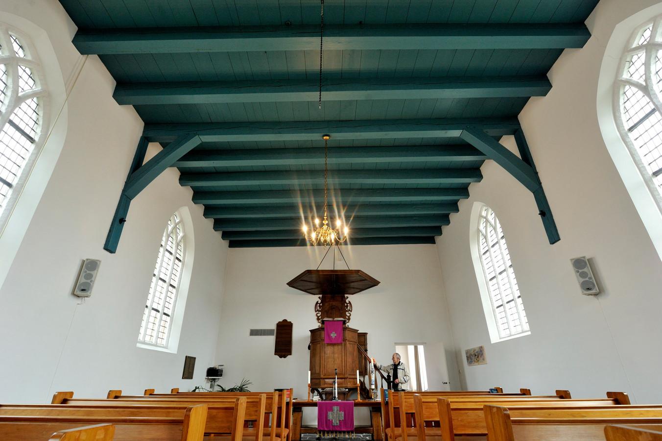 Interieur van het monumentale protestantse kerkje in Nieuw-Vossemeer.