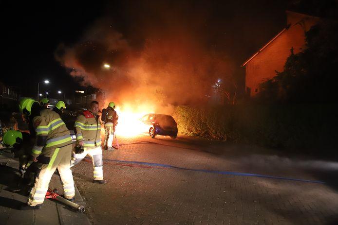 In Tiel zijn in de nacht van zondag op maandag twee auto's afgebrand