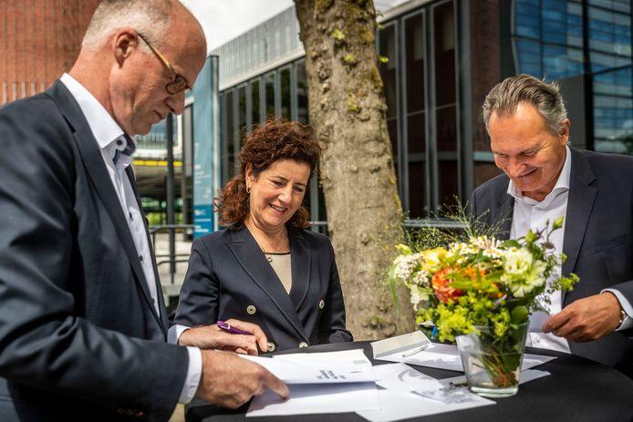 In het bijzijn van minster van Engelshoven ondertekenen bestuursvoorzitters Robert-Jan Smits (r) van de TUe en Joep Houterman van Fontys Hogescholen de samenwerkingsovereenkomst.