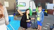Een caravan op de speelplaats van De knipoog op de eerste schooldag