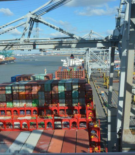 Eerste grote containerschip uit file Suezkanaal aangekomen in Antwerpen