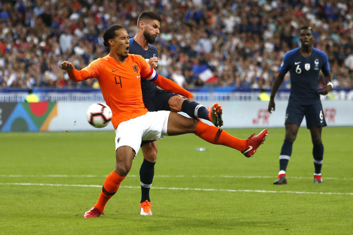 Olivier Giroud maakt de 2-1. Virgil van Dijk is te laat.