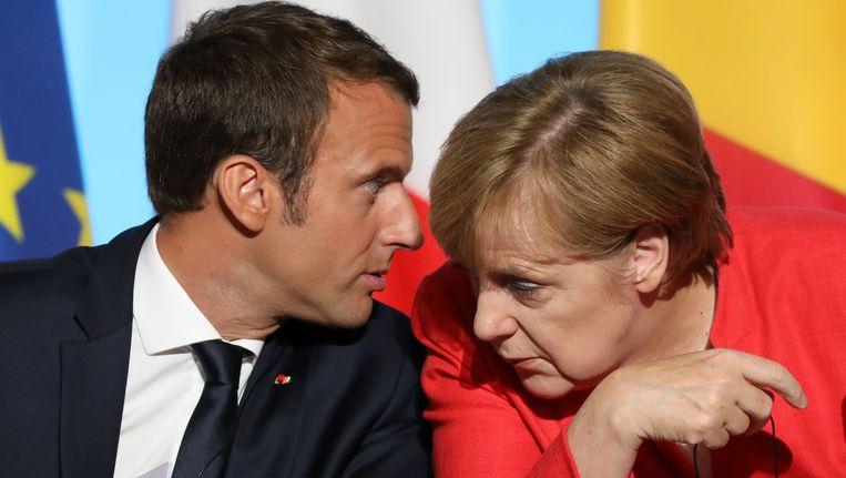 Frans president Emmanuel Macron en Duits kanselier Angela Merkel op de Europees-Afrikaanse top in Parijs.