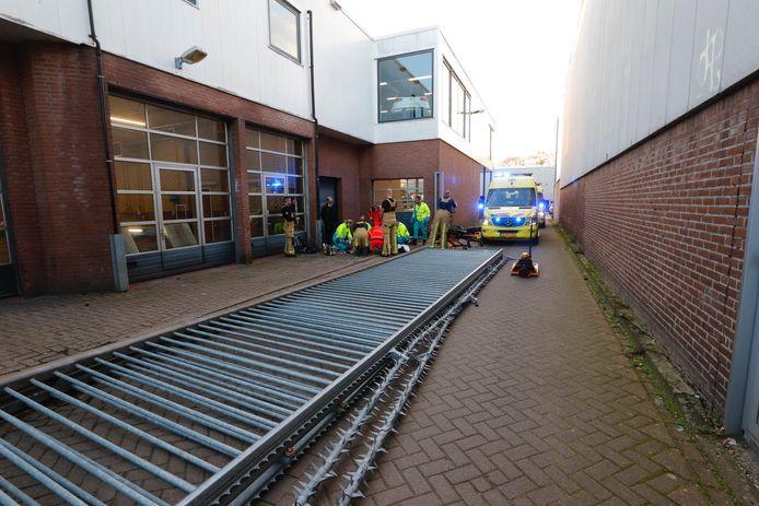 Het meterslange hek viel door een onbekende reden op de man.
