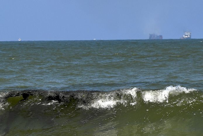 Du pétrole flotte près de la plage de Sarakkuwa, juste au nord de la capitale Colombo, le 2 juin 2021. Le navire MV X-Press Pearl, transportant des centaines de tonnes de produits chimiques et de plastiques, a commencé à couler après avoir brûlé pendant près de deux semaines.