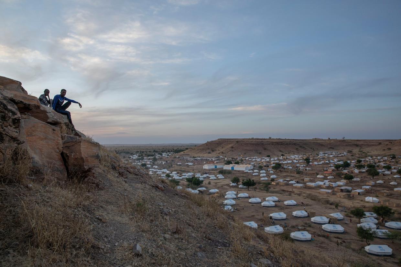 Twee mannen kijken uit over het vluchtelingenkamp Om Rakouba waar tienduizenden Tigreeërs worden opgevangen. Beeld Nariman El-Mofty/AP