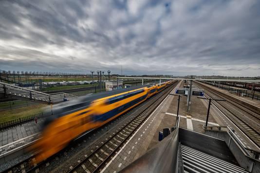 Welkom op station Lage Zwaluwe, het troosteloze, winderige stationnetje in de middle of nowhere. In de jaarlijkse NS-enquête  onder reizigers naar de waardering van de stations in Nederland komt Lage Zwaluwe dit keer als slechtste uit de bus.  Samen met Eemshaven en Utrecht Maliebaan.