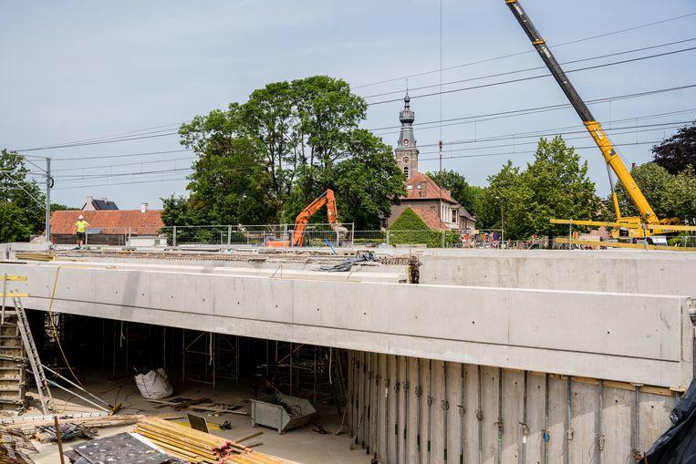 Werken aan het spoor in Hansbeke. Een geplande geluidsmuur zou het dorp ook nog in tweeën verdelen.  Beeld Wouter Van Vooren
