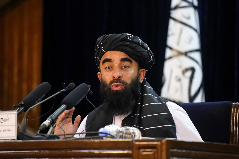 Staatssecretaris van Informatie van de Taliban Zabihullah Mujahid tijdens een persconferentie in Kabul.  Beeld EPA