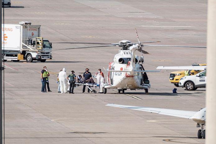 De vrouw werd met een helikopter naar een ziekenhuis in Gran Canaria gebracht.