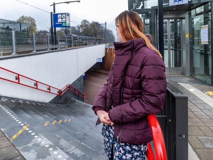 Het 11-jarige meisje op de plek op station Bilthoven waar ze op Koningsdag werd bedreigd en mishandeld.