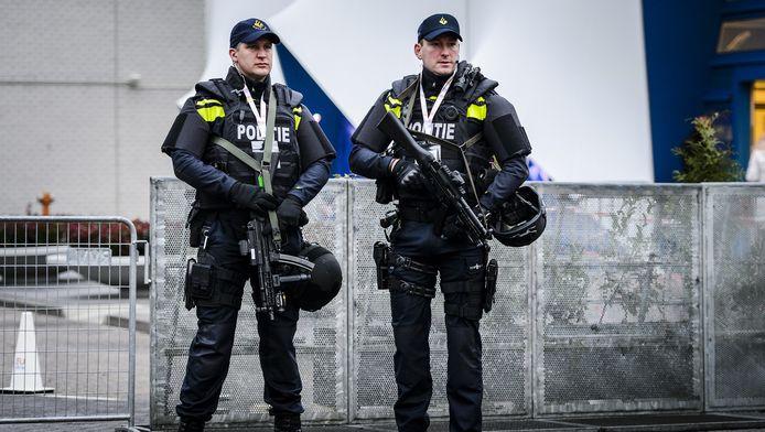 Politie agenten met mitrailleurs dinsdagochtend bij het Scheepvaartmuseum, waar de informele Justitie en Binnenlandse Zaken (JBZ) Raad gehouden wordt.