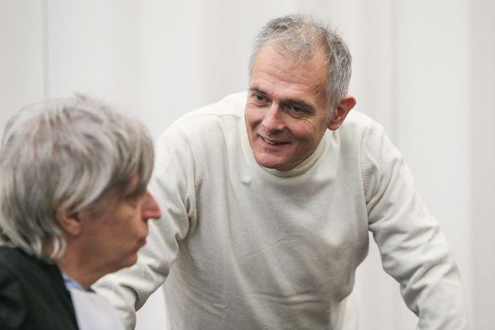 """Joris Van Hove met zijn advocaat Walter Van Steenbrugge. De dokter was """"overtuigd"""" dat hij vrijgesproken zou worden."""