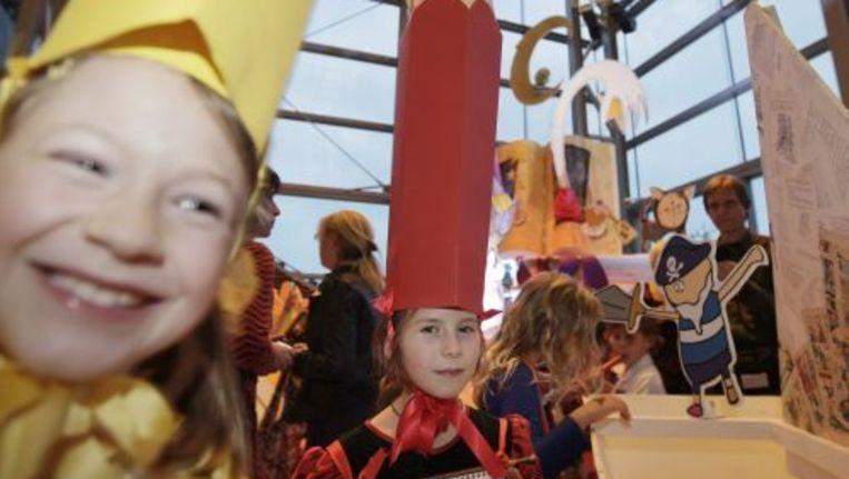 Kinderen vermaken zich afgelopen dinsdag tijdens het Kinderboekenbal 2010 in het Muziekgebouw aan 't IJ in Amsterdam. Het bal werd georganiseerd ter ere van de start van de 56ste kinderboekenweek. © anp Beeld