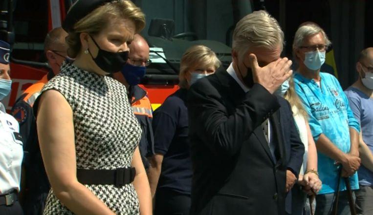 Koning Filip zichtbaar geëmotioneerd tijdens stiltemoment in Verviers. Beeld VTM Nieuws