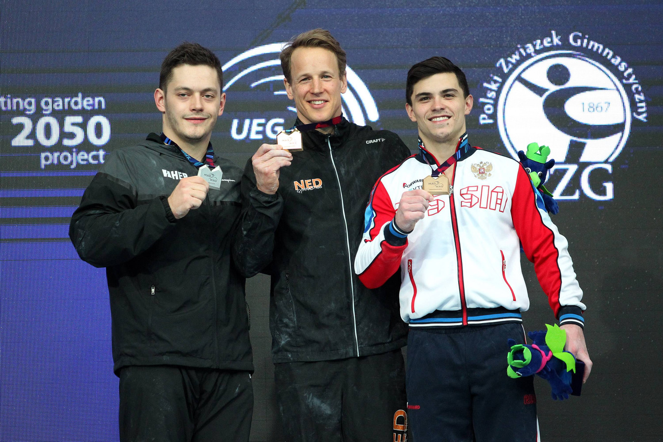 Epke Zonderland wint zijn derde Europese titel. Links zilveren medaillewinnaar Tin Srbić (Kroatië), rechts bronzen medaillewinnaar Artur Dalaloyan (Rusland).