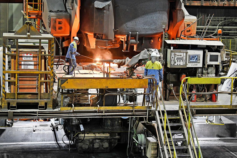 Staalproductie bij Tata Steel in IJmuiden. Beeld Guus Dubbelman / de Volkskrant