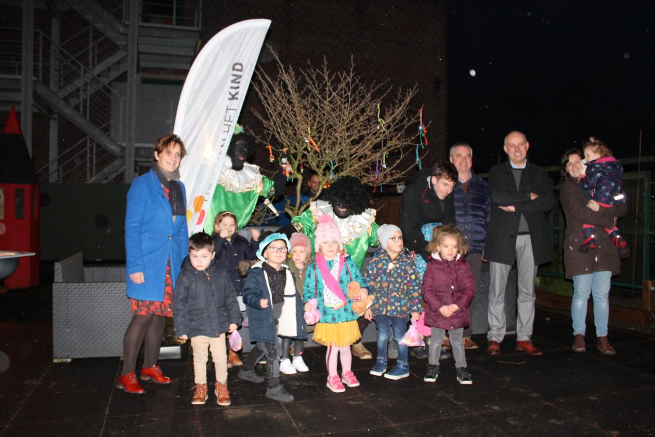 De inhuldiging van de tutjesboom door schepen van Sociale Zaken Lieve Germonprez, burgemeester Dirk Verwilst, enkele Zwarte Pieten en de kinderen.