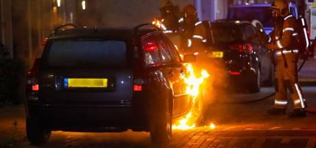 Opnieuw autobrand in Apeldoorn, politie vermoedt brandstichting
