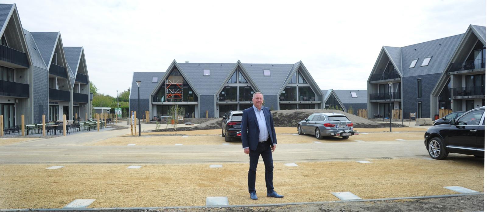 """Michel Kloeg voor zijn nieuwe hotel in Dishoek.  ,,Elke kamer heeft nu standaard een eettafel en twee stoelen zodat je daar fatsoenlijk kan ontbijten en dineren als het nodig is."""""""