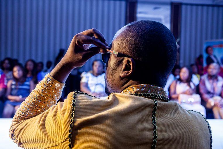 Louison Mbeye op de modeshow in hotel Memling. Beeld Yvonne Brandwijk