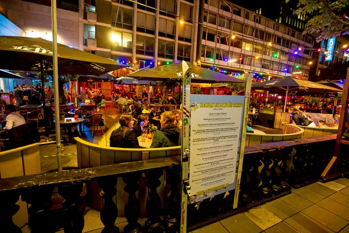 De Après Skihut op het Stadhuisplein is drie dagen dicht, vanwege besmettingen onder het personeel. Eerder in de coronacrisis mochten bezoekers alleen aan een tafeltje zitten.
