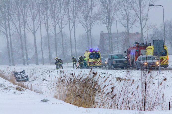 Na het ongeval aan de Expeditieweg in Oostburg zijn de hulpdiensten snel ter plaatse. lezersfoto van photo-inhorus.com