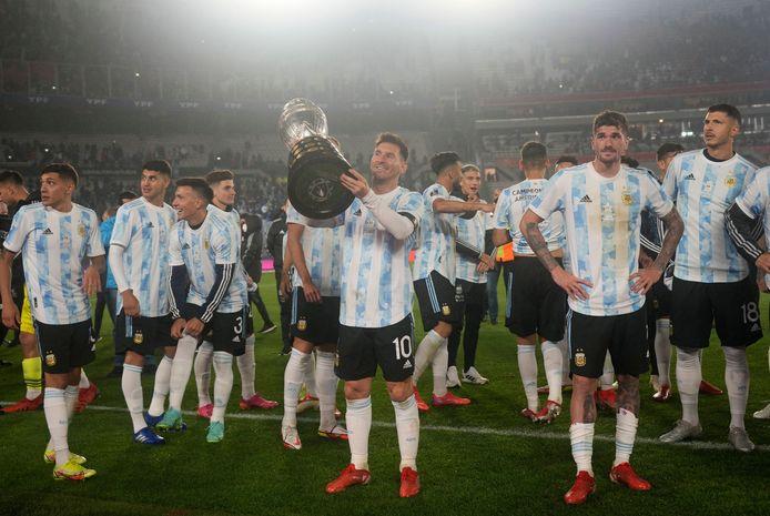 Messi toont de Copa América aan de fans.