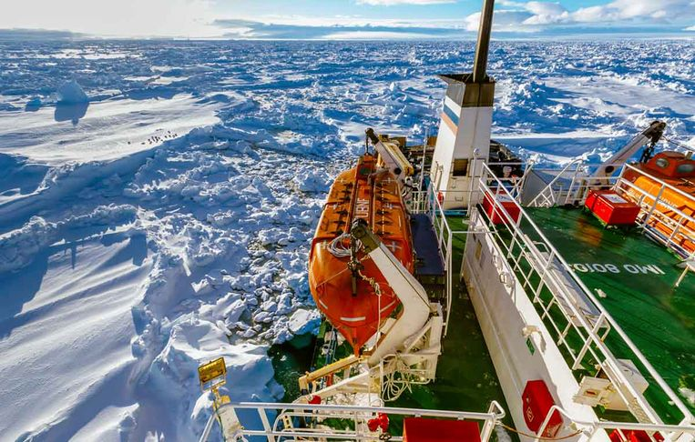 In this image provided by Australasian Antarctic Expedition/Footloose Fotography, Russian ship MV Akademik Shokalskiy is trapped in thick Antarctic ice, 1,500 nautical miles south of Hobart, Australia, Friday, Dec. 27, 2013. The research ship, with 74 scientists, tourists and crew on board, has been on a research expedition to Antarctica, when it got stuck Tuesday after a blizzard's whipping winds pushed the sea ice around the ship, freezing it in place. (AP Photo/Australasian Antarctic Expedition/Footloose Fotography, Andrew Peacock) EDITORIAL USE ONLY Beeld null