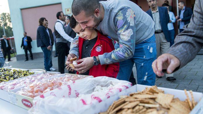 Zoetigheid staat op een grote tafel voor de Mevlana Moskee ter afsluiting van de vastenmaand ramadan. De afsluiting wordt gevierd met het suikerfeest.