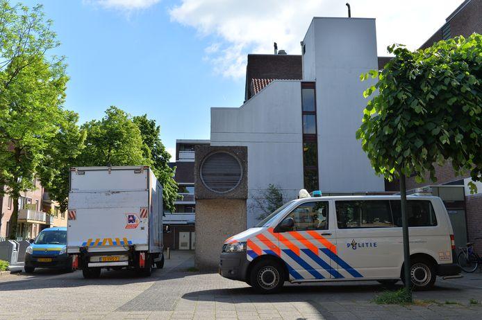 De politie heeft woensdagmorgen 400 hennepplanten, verdeeld over vier woningen, opgerold in het centrum van Apeldoorn na diverse stankmeldingen.