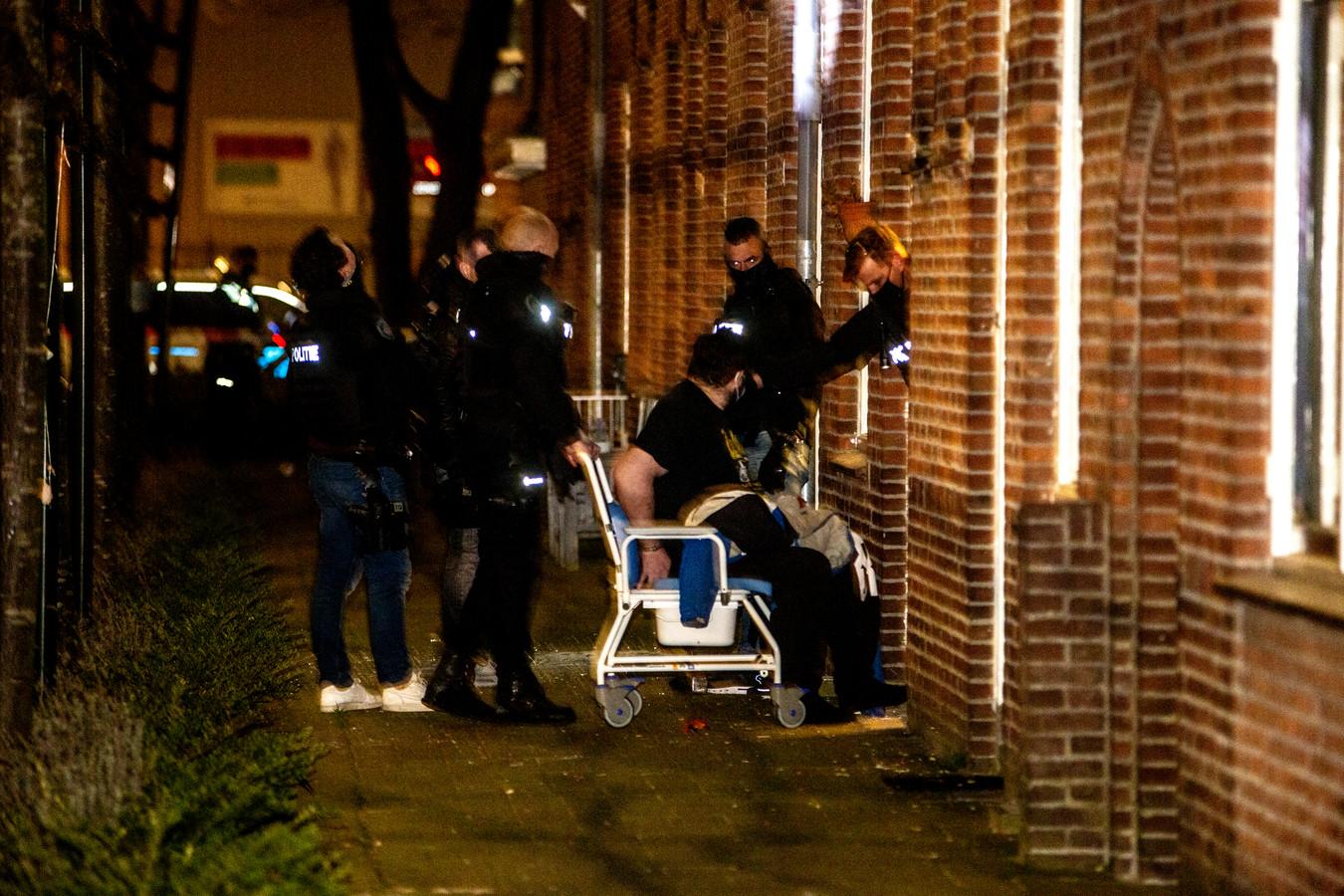 De 39-jarige Dordtenaar werd in een rolstoel zijn woning uit gereden.