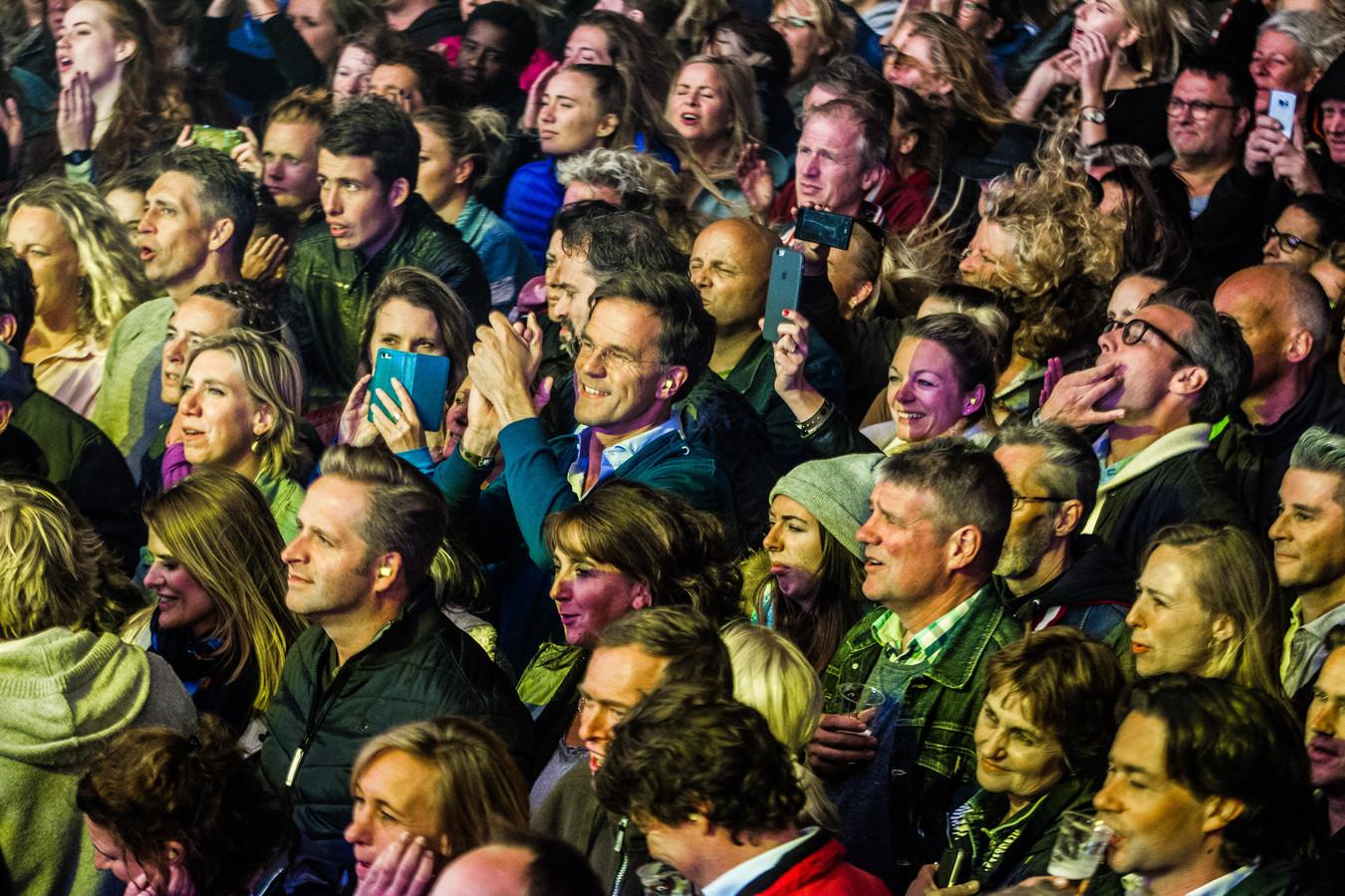 Mark Rutte, minister Hugo de Jonge en raadslid Richard de Mos in de mensenmenigte van Live at the Beach in 2018 toen Anouk er optrad.