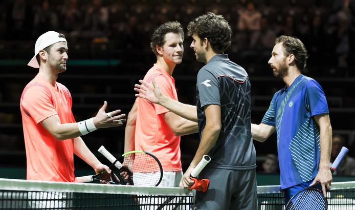 Nederlanders Robin Haase (2e rechts) en Matwe Middelkoop (r) winnen hun dubbelspel  partij van  Jasper Smit  en Jesse Timmermans (l) , in de eerste ronde  van het ABN AMRO World Tennis Tournament.